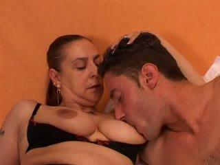 Perempuan tua gives sebuah seks lesson untuk dia muda lover: gratis porno 66