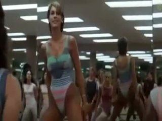 Seksualu merginos doing aerobics exercises į a išdykęs būdas