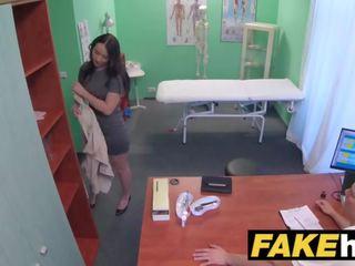 Fake slimnīca frisky shaven vāvere krievi skaistule loves docs dzimumloceklis