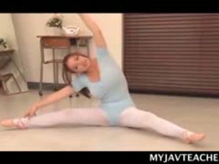 Superb азіатська балерина виготовлення її students збуджена на школа