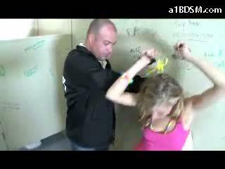 नॅस्टी ब्लोंड गर्ल getting हॅंडकफ्ड पुसी rubbed साथ baton giving ब्लोजॉब के लिए the सुरक्षा guard में the पब्लिक toilette
