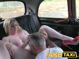 realnost, velike joške, taxi
