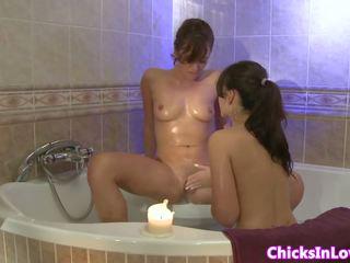 业余 sappho 女朋友 eating 的阴户 在 tub: 自由 色情 01