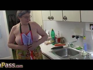 Senelė masturbate plaukuotas putė naudojimas dildo ir cucumb