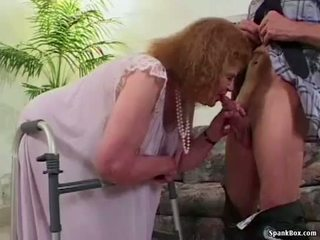 Бабуся loses її зуби в той час як смокче