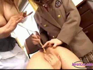 Rondborstig aziatisch milking haar tieten schoolmeisje getting melk klysma t