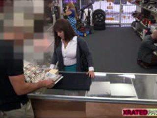 مفلس امرأة سمراء جبهة مورو الحصول على pawned داخل