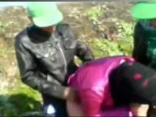 Гаряча єгиптянка дівчина трахкав по tow man's в ферма