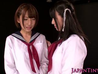 Mini azijke schoolgirls uživajte lezbijke ljubezen s squirting