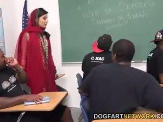 Nadia ali learns към дръжка а bunch на черни cocks