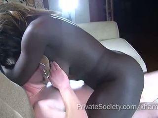 Negra gaja fucks um homem twice dela idade