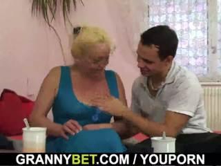 Blondine oud rijpere gets haar harig poesje slammed