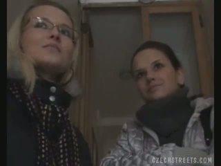 Two meninas picked para cima em o rua para sexo