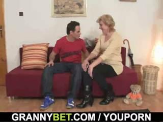 Söt äldre lady och pojke