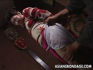 Azjatyckie dojrzała suka has a rope session do znieść