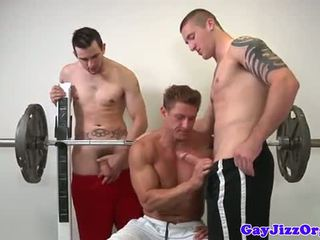 Muscle jock neuken jonge homo bij gym