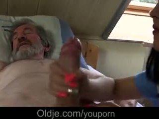 Sakit datuk gets khas merawat daripada muda jururawat