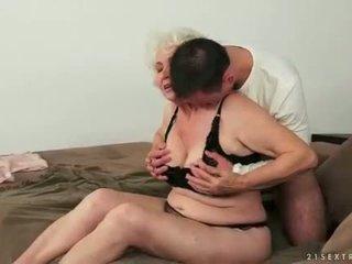 צעיר אדם loves חזה גדול שמן שיערי סבתא