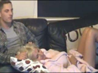 मां और बेटा कॉट द्वारा छिपा हुआ cammera