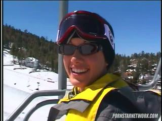 Taylor 雨 relaxes 后 一些 skiing