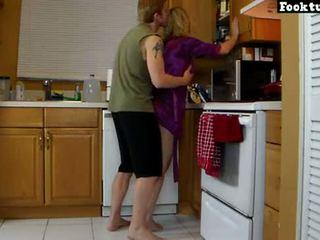 妈妈 lets 儿子 电梯 她的 和 碾 她的 热 屁股 直到 他 cums 在 他的 短裤