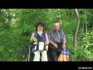 Granny ja vanaisa fuck õues