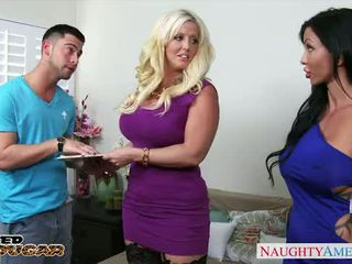 Chesty cougars alura jenson et jewels jade sharing une grand bite