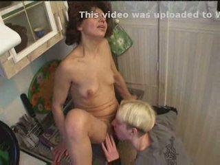 Rusa mamá y hijo jugando en cocina