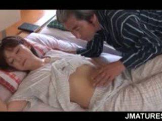 Eldre asiatisk husmor given en søt morgen fitte slikk