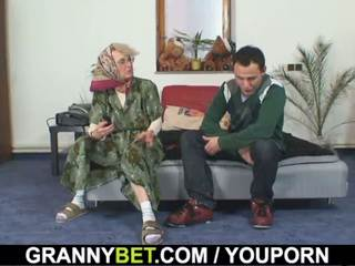 Lonely γριά παππούς pleases an νέος guy