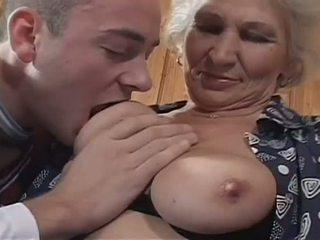 Putih haired perempuan tua becomes sebuah menjijikan perempuan cabul untuk besar muda kontol