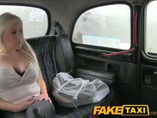 Faketaxi groot tieten blondine has heet seks met taxi driver