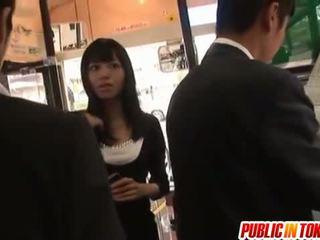 Aino gets mulkku of stranger sisään bussi