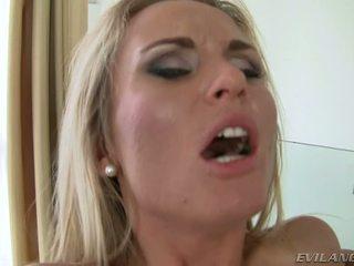 قذر عاهرة laura بلور takes two dicks في لها ضيق holes