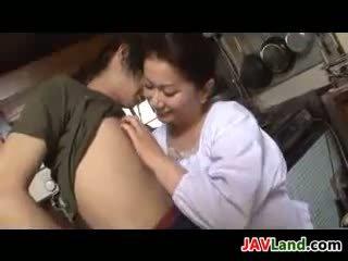 Eldre japansk kvinne sucks kuk til sæd