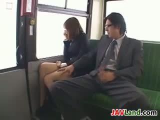 Japanisch mädchen lutschen schwanz im die bus