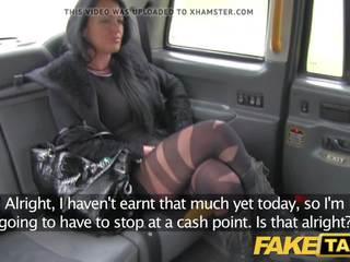 Fake taxi local acompañante fucks taxi hombre en su camino a un