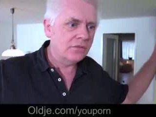 Гаряча підліток володарка closeup трахання старий зрада чоловік takes кінчання на обличчя відео