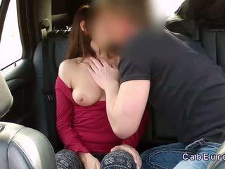 Brūns haired amatieri jāšanās uz fake taxi