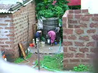 Assistir este two quente sri lankan senhora getting bath em ao ar livre