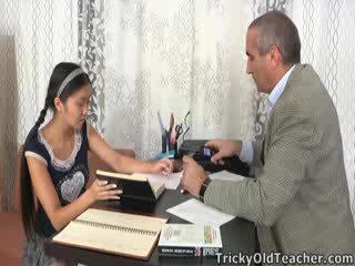 นี้ เอเชีย นักเรียน เป็น loving the ความสนใจ จาก เธอ ครูสอนพิเศษ