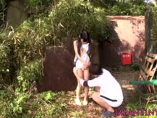 Pequeña japonesa haciendo pis nena outdoors gets fingered