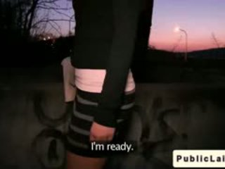 Fake agent fucks amateur meisje outdoors bij nacht