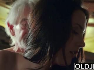 Seksuālā pusaudze likes līdz nokļūt fucked līdz vectēvs the vecs vīrietis.