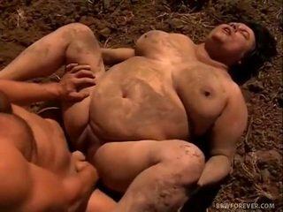 Farmer stretches mud filled podsaditý