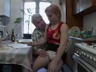 Sb3 她 knows 什麼 到 期待 什麼時候 爺爺 gives 她的 一