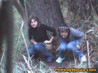 소녀 겁에 질린 오줌 누는 내부 그만큼 숲