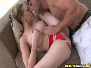 Mlada punca s seksi telo