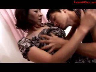 Rijpere vrouw getting haar tepels sucked poesje rubbed fingered door jong guy op de bed