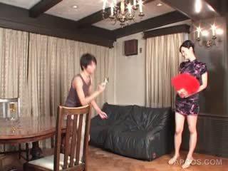 Seksi japonsko v geisha outfit gets joški squeezed